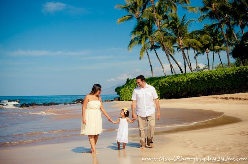 maui photographer with beautiful family on the beach