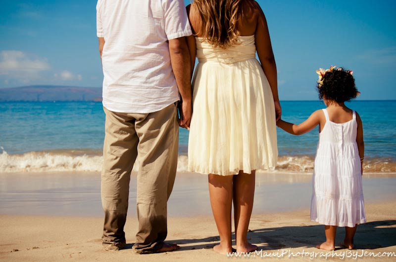 maui family photographers holding hands