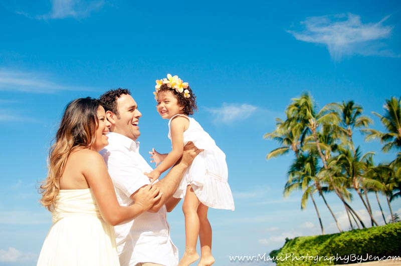 maui photographers with family with palm trees