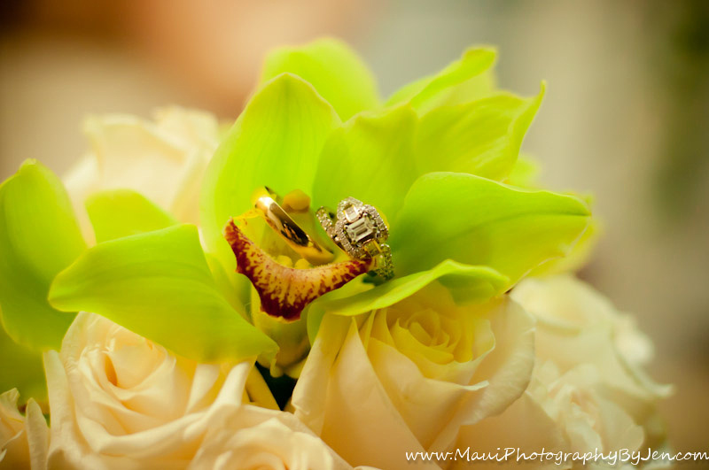 maui wedding photographer with bouquet of flowers
