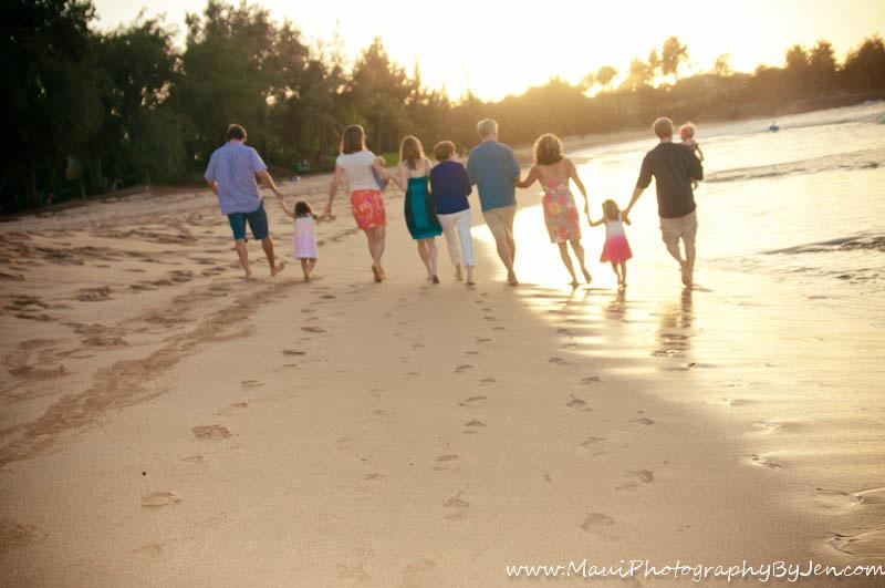 maui family photographer with footprints on the beach