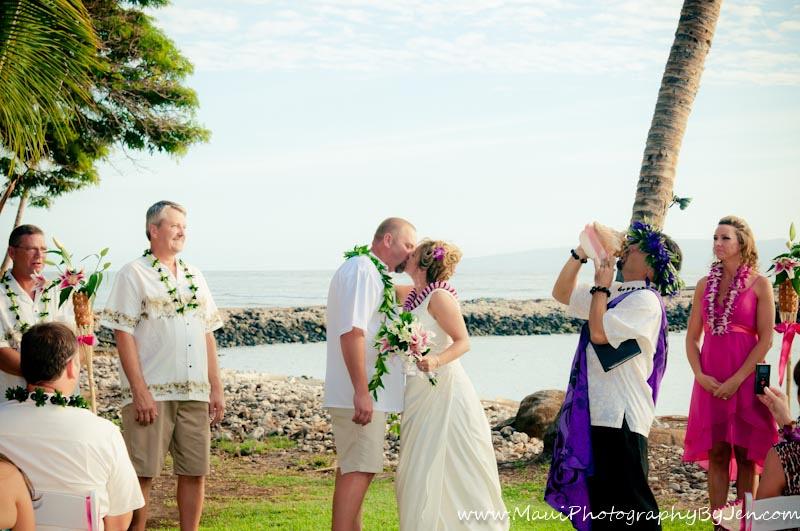 maui wedding photographer at olowalu plantation kiss