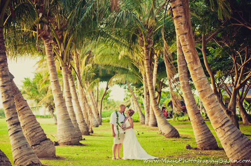 maui wedding photographers at olowalu plantation palm trees