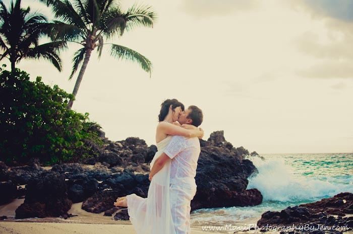 maui photographer with honeymoon on beach
