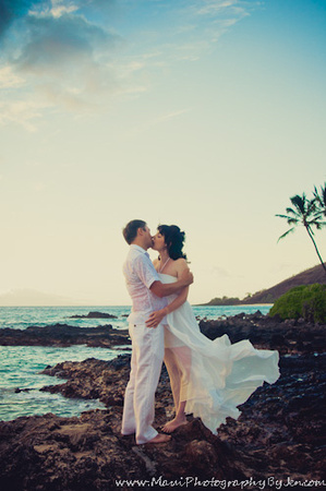 maui photographer with honeymoon couple