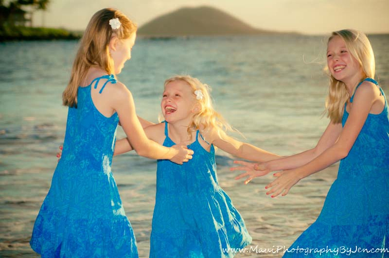photography in maui with sisters playing