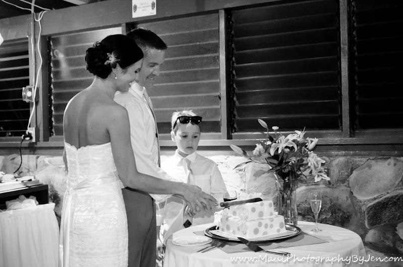 photographer in maui wedding cake