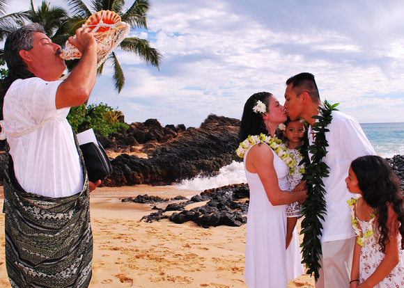 maui family photographer on beautiful beach by mauiphotographybyjen.com