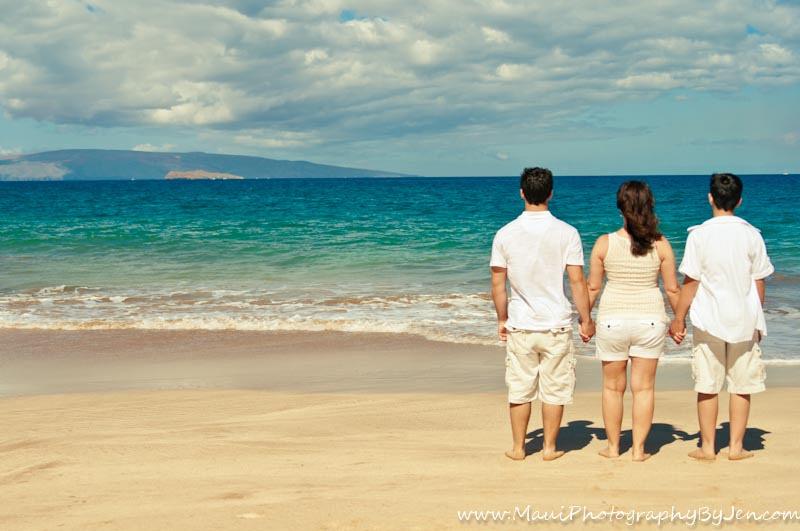 maui photographer with family on the beach