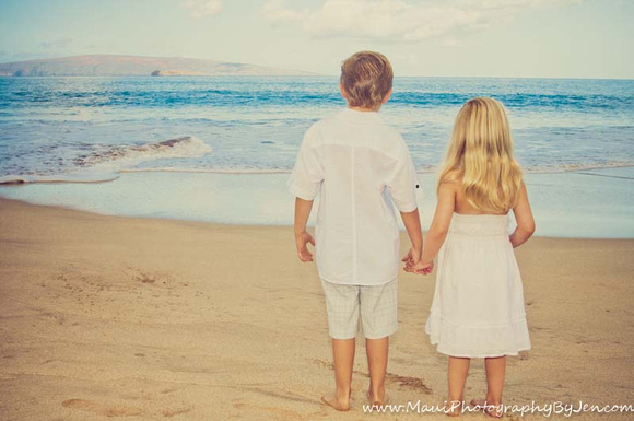 kids at the beach with maui family photographer