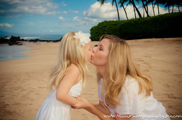 maui kiss by family portrait photographer