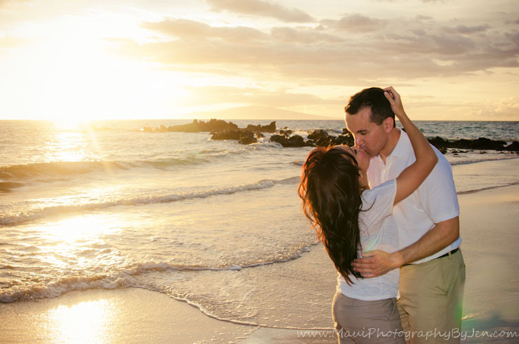 couples maui photographer at sunset