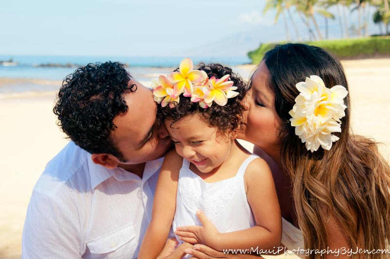 maui family photographer with young daughter