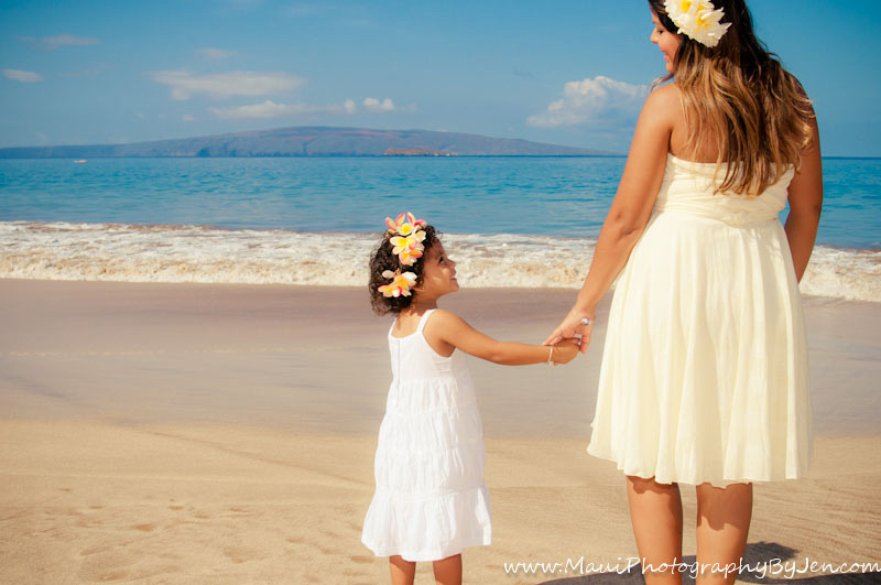 best maui family photographers with mother and daughter