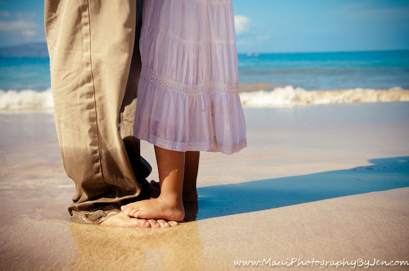 maui family photography with father and daughters feet
