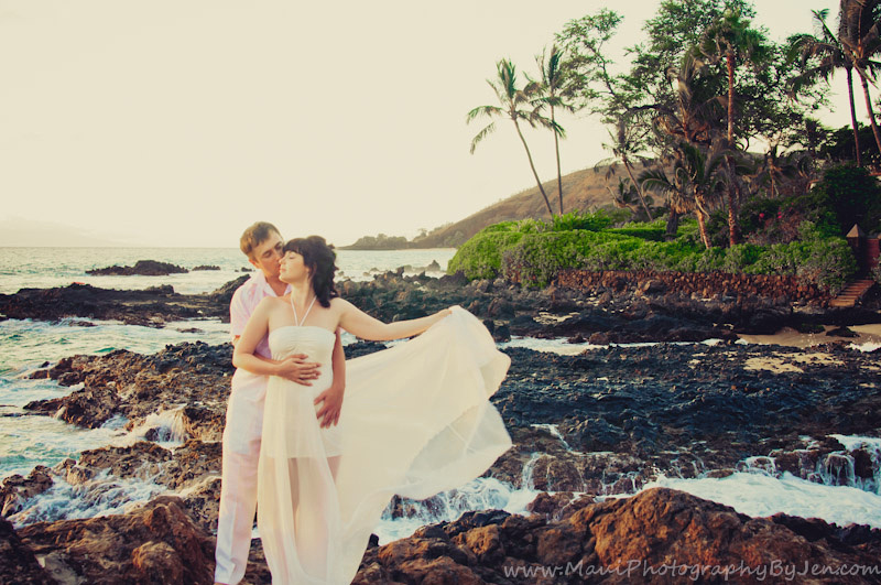 maui photographers with honeymoon couple in makena secret beach