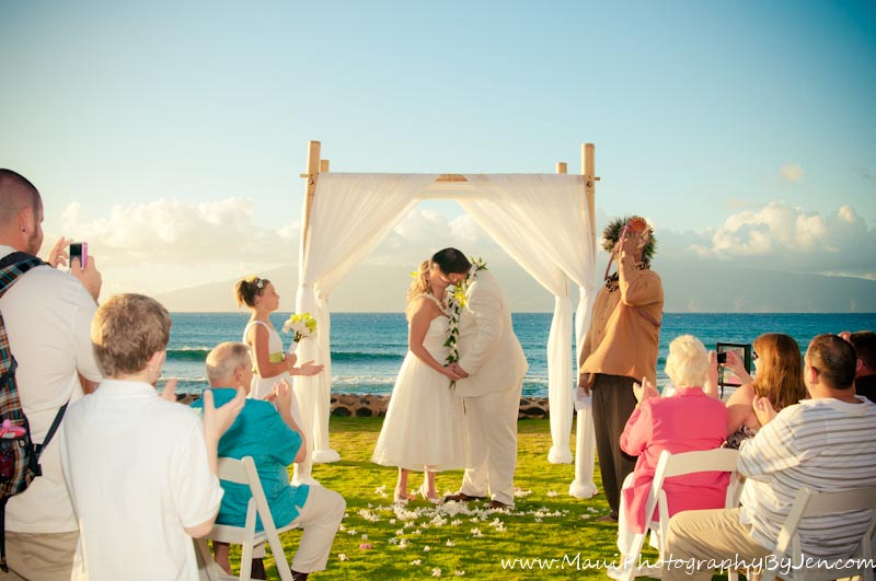 maui wedding photographers at ceremony
