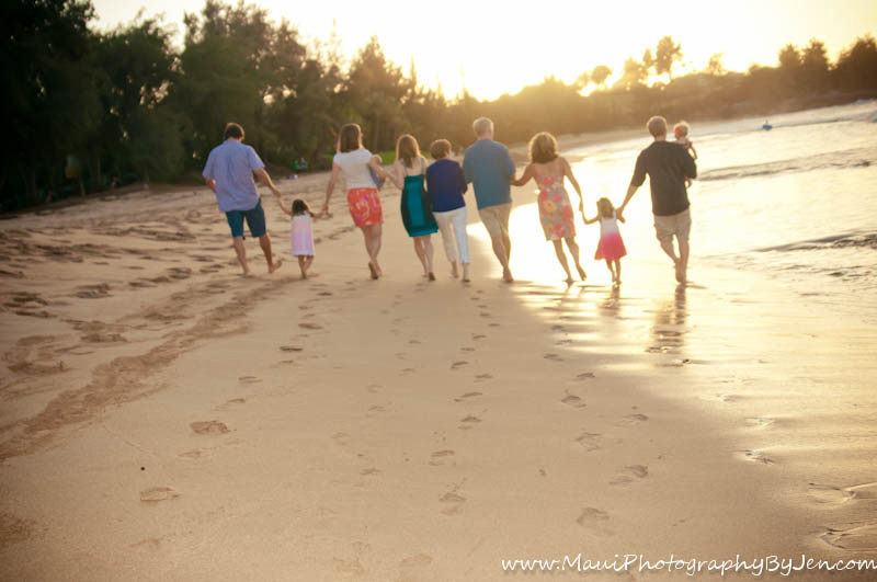 maui family photographer with footprints on the beach