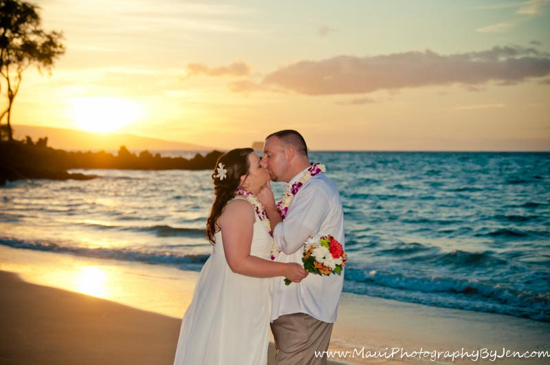 wedding photography in maui of couple kissing with sunset