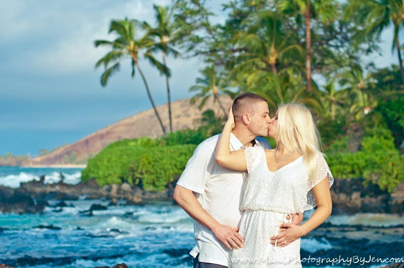 photographers in maui couple on honeymoon