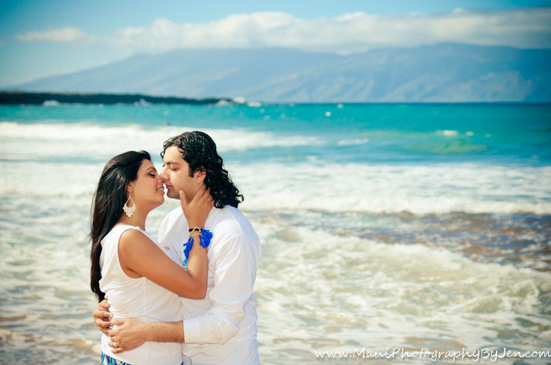 photography in maui of couple kissing