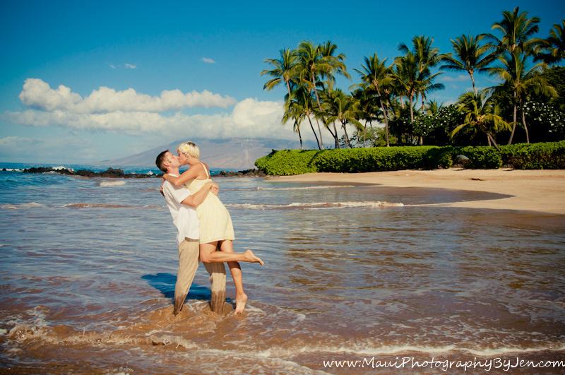 maui photographers with couple kissing