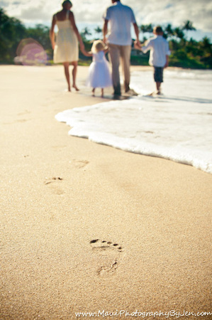 maui photography with footprints of famiy in the sand