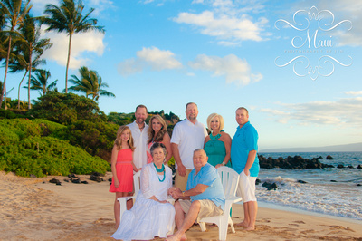 photography in maui of big family in wailea