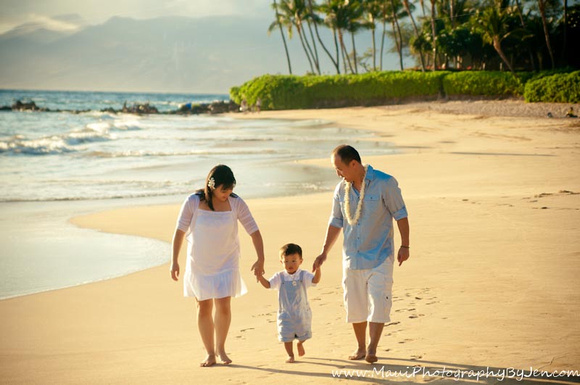 maui family photographer with toddler by mauiphotographybyjen.com