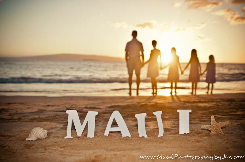photographers in maui with family and sign creative